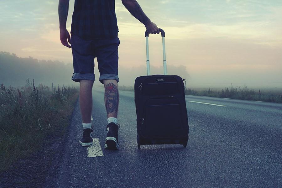 Maleta_0000s_0003_hiker-traveler-trip-travel-160483